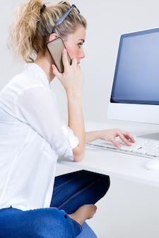 Secretária loira telefone pc feminino