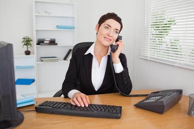 Secretária que responde o telefone