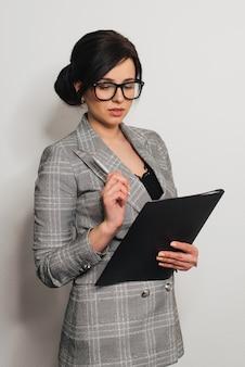 Secretário de menina em um fundo cinza