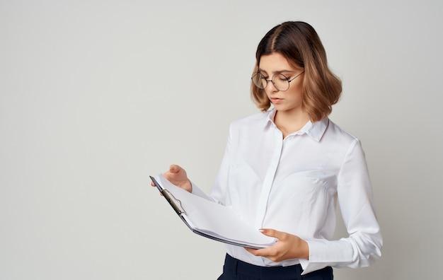 Secretário de mulher de negócios com documentos nas mãos da pasta de óculos do gerente.