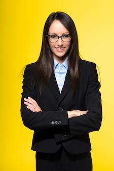 Secretário jovem sorridente em amarelo