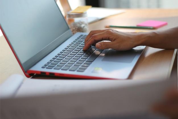 Secretário mulher trabalhando no laptop para o negócio
