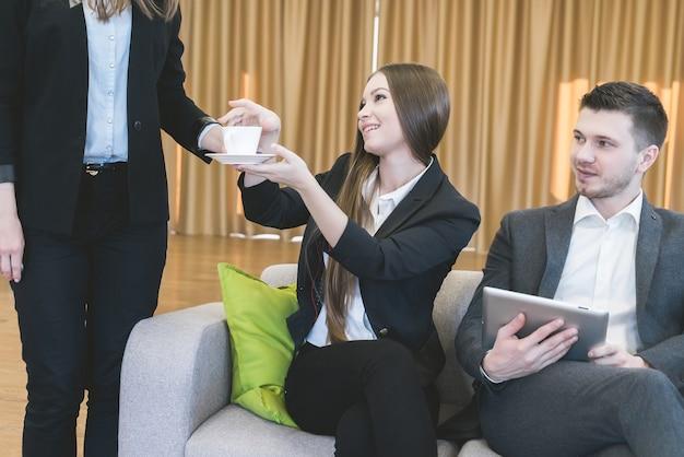 Secretário trouxe uma xícara de café para reunião de negócios