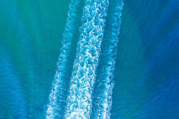Segue-se da vista aérea do barco na água