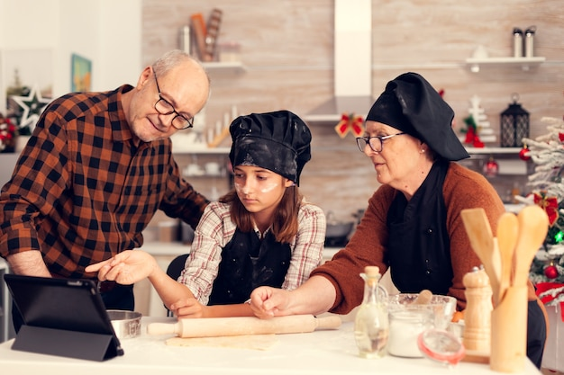 Seguindo receita online de sobremesa de natal