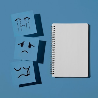 Segunda-feira azul com caderno e notas adesivas