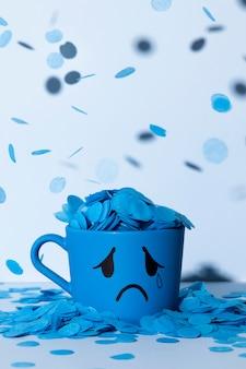 Segunda-feira azul com caneca rasgada e chuva de papel