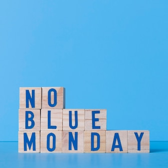 Segunda-feira azul com cubos de madeira e espaço de cópia