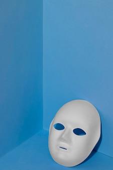 Segunda-feira azul com espaço de cópia e máscara facial
