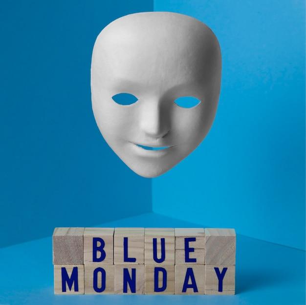 Segunda-feira azul com máscara facial e cubos de madeira