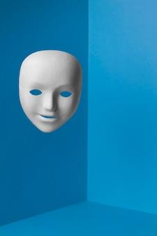 Segunda-feira azul com máscara facial e espaço de cópia