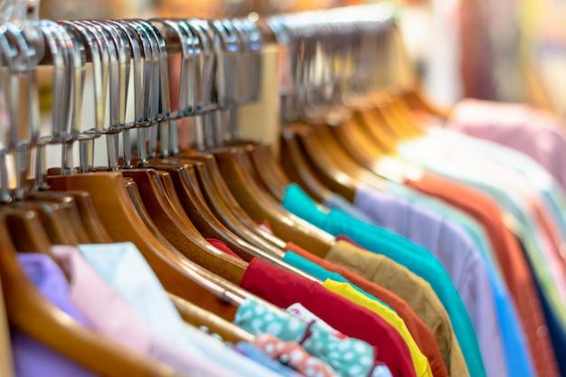 Segunda mão, roupa, ligado, cabide, em, a, rua, bazar, cima