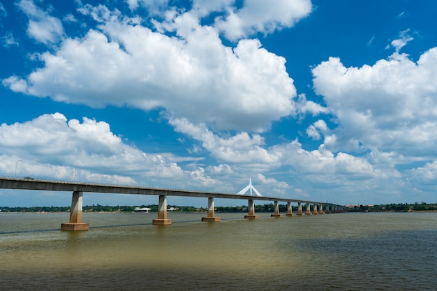 Segunda ponte da amizade thai-lao em mukdahan, tailândia