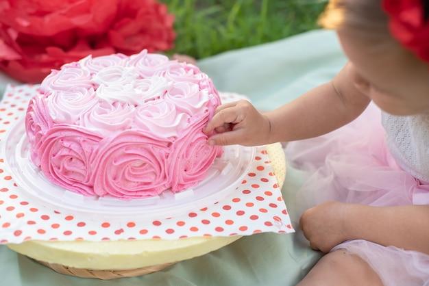 Segundo aniversário da menina. bolo quebra.