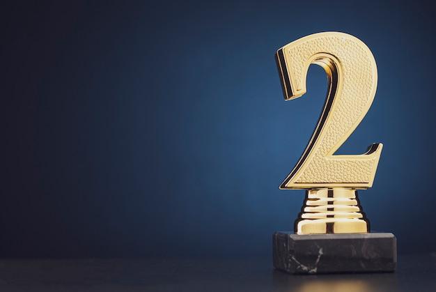 Segundo lugar vencedores troféu de ouro sobre azul
