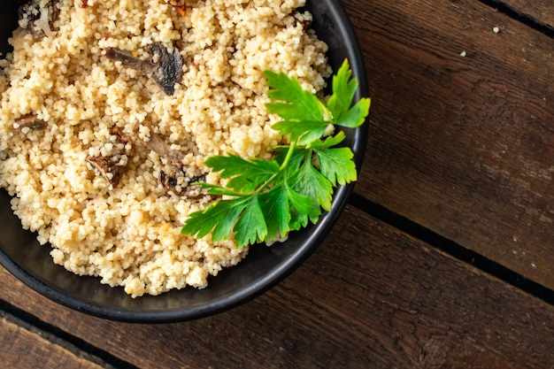 Segundo prato de cuscuz sem carne, vegetais, especiarias, aperitivo, porção fresca