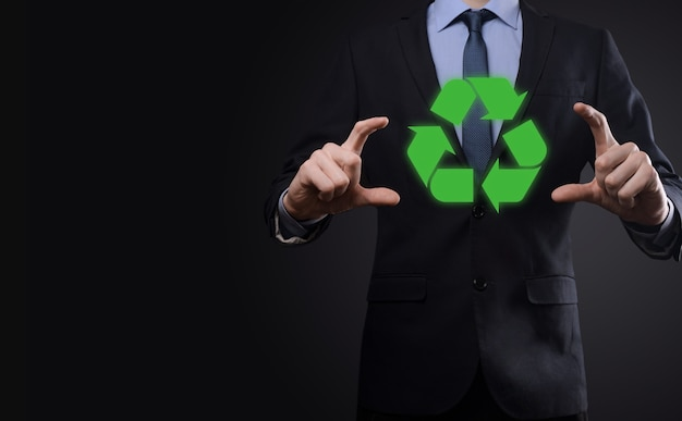 Segura um ícone de reciclagem, cadastre-se em suas mãos. ecologia, conceito de conservação do meio ambiente. azul vermelho néon