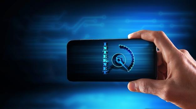 Segura um telefone com um sensor de velocidade da internet no fundo das placas de circuito