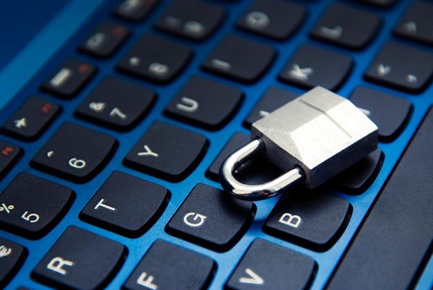 Segurança cibernética, cadeado no teclado do laptop. vício em internet.