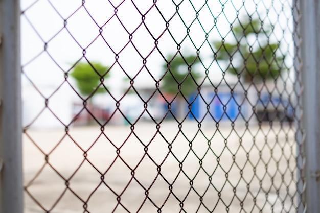 Segurança com uma cerca de arame farpado