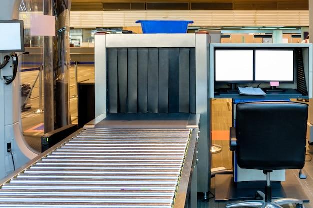 Segurança do scanner de raio-x de bagagem no aeroporto