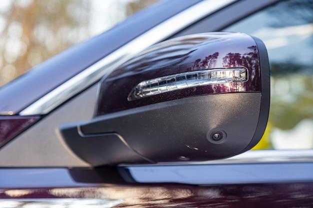 Segurança na estrada. opção de vista 360º do terreno em um carro moderno. .espelho retrovisor lateral próximo do carro moderno com câmera de visão circular auxiliar de estacionamento