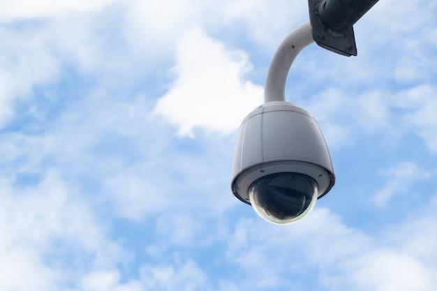 Segurança, panorama da câmera do cctv com céu azul e nuvem