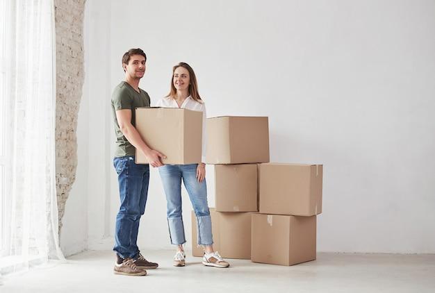 Segurando a caixa com itens. família deve ser removida para uma nova casa.