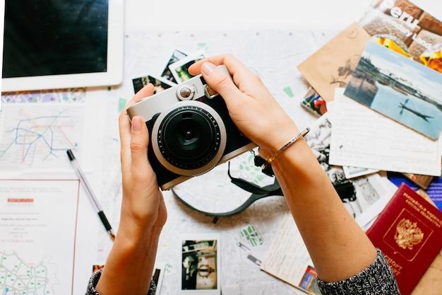 Segurando a câmera nas mãos