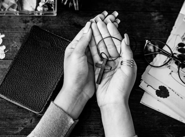Segurando a cruz nas mãos com fidelidade