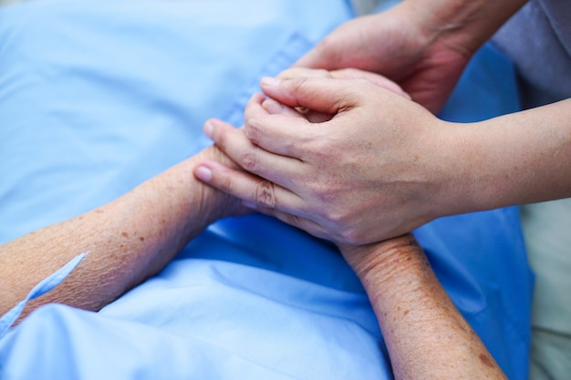 Segurando a mão asiático senior ou idoso velhinha paciente com amor, cuidado, incentivar e empat