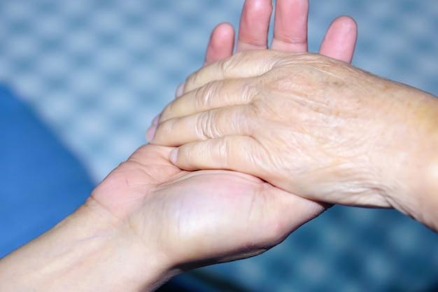 Segurando a mão senior asiática ou idosa velha paciente com amor