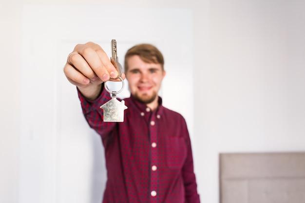 Segurando as chaves da casa. housewarming
