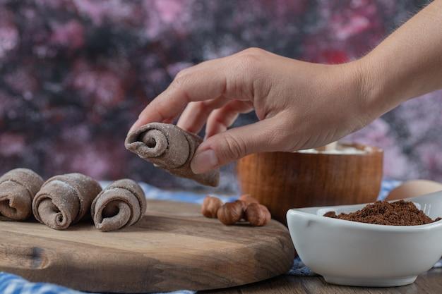 Segurando biscoitos mutaki caucasianos na mão.