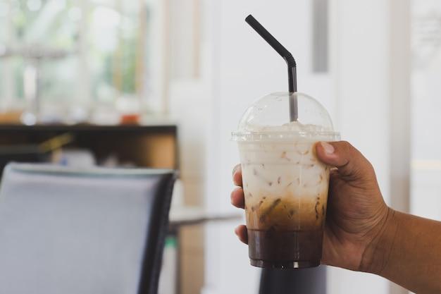Segurando café em uma cafeteria