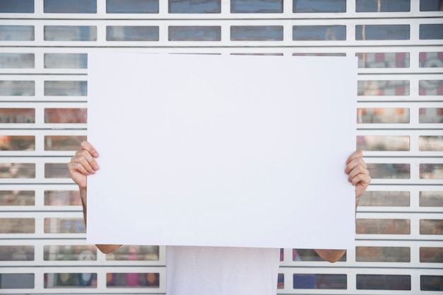 Segurando cartaz