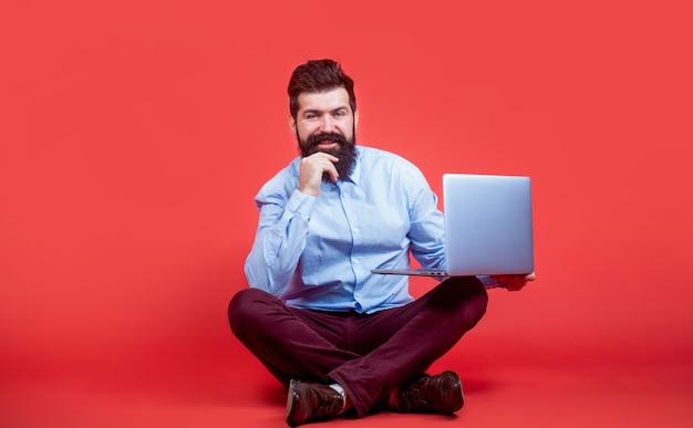 Segurando o computador portátil. jovem empresário usando seu laptop, pc.