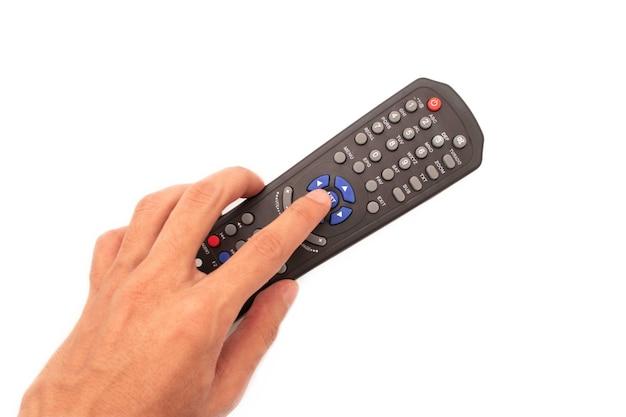 Segurando o controle remoto da tv isolado em um fundo branco