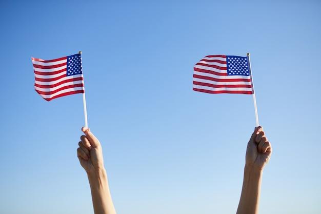 Segurando pequenas bandeiras no desfile