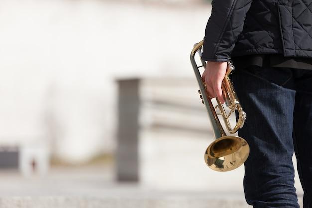 Segurando, trompete