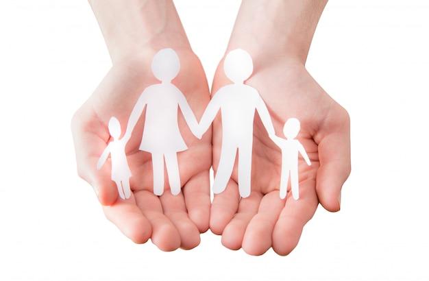 Segurando um recorte de papel sob a forma de uma família