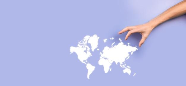 Segurando uma rede social de globo terrestre brilhante nas mãos de empresários. ícone do mapa mundial, símbolo