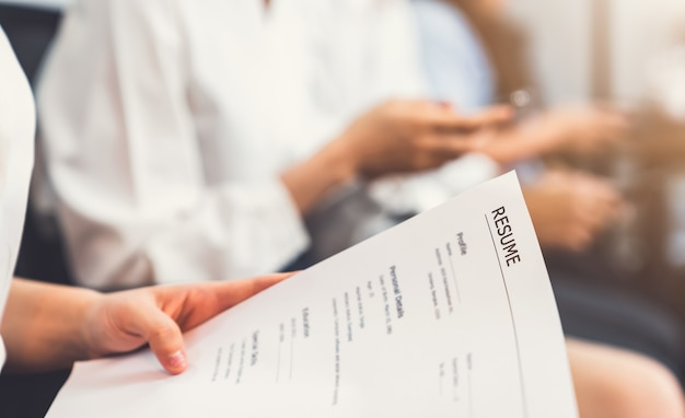 Segure o documento e envie o currículo ao empregador para revisar o formulário de emprego