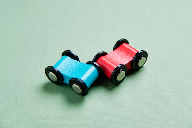 Seguro de acidente de carro com carros de brinquedo azul e vermelho