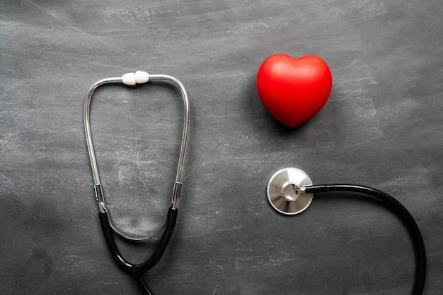Seguro médico de saúde com coração e estetoscópio vermelhos