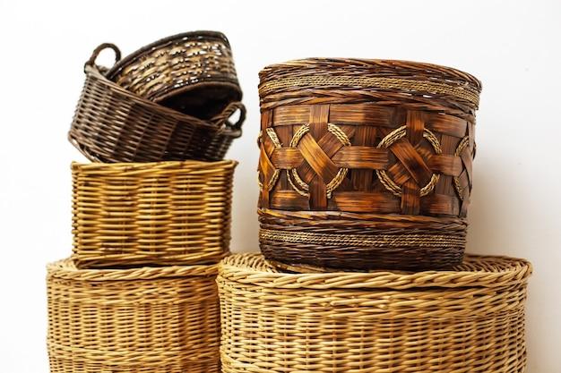 Seis cestos de palha de vime natural feitos à mão para armazenamento doméstico, elemento de interior ecológico natural