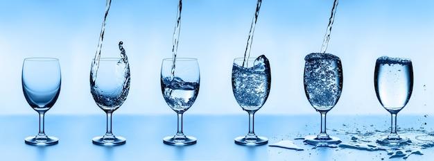 Seis copos d'água, dispostos em ordem crescente.