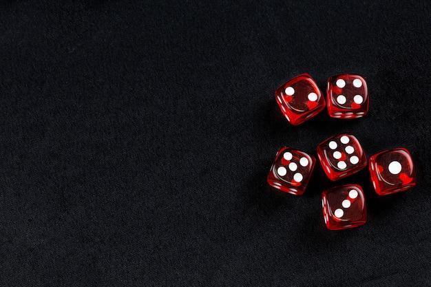 Seis dadinhos vermelhos