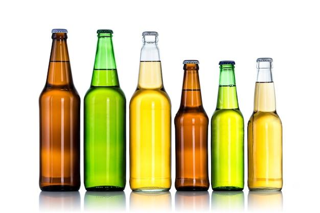 Seis garrafas de cerveja isoladas em uma superfície branca