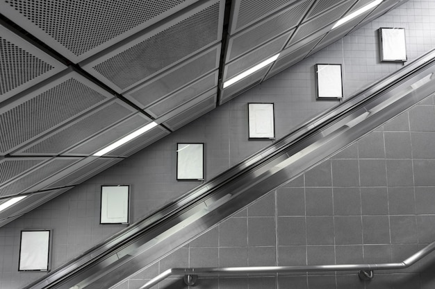 Seis grandes outdoors em branco na escada rolante.